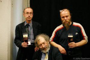 """Keskellä """"The Beer Hunter"""" Michael Jackson, vasemmalla Mikko Montonen ja oikealla HBF:n pääjärjestäjä Markku Korhonen. Kuva on HBF:ltä 2007. Kuvaaja Juho Saarinen"""
